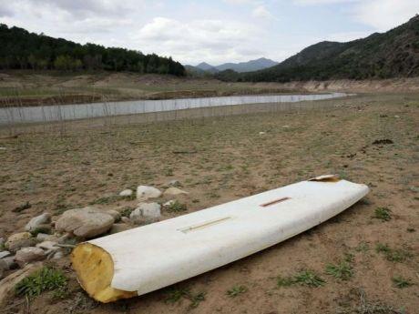 Tabla de surf sobre la tierra seca